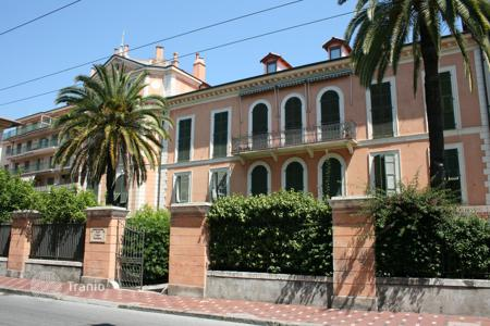 3 bedroom apartments by the sea for sale in Bordighera. Two-level apartment with 3 bedrooms in a historic building near the beach in Bordighera, Italy