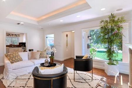 4 bedroom houses for sale in North America. Furnished villa with commodious rooms, located within the city boundaries, Los Angeles, USA