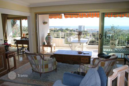 Property for sale in Côte d'Azur (French Riviera). Two-bedroom apartment with a terrace and a sea view, in a residence with a swimming pool and a tennis court, Cannes, France