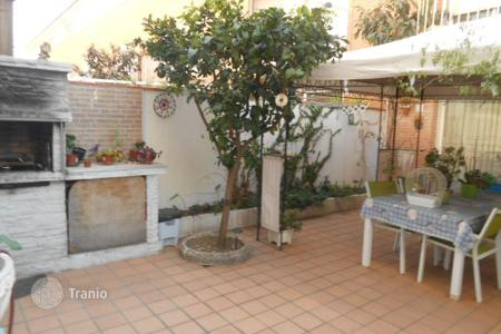 Townhouses for sale in Barcelona. For sale townhouse in Badalona, with lovely back garden and spacious terrace. Next to beautiful park Montigala and La Pineda Institute