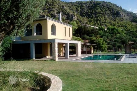 Property for sale in Kineta. Detached house close to the beach, Kineta, Greece. Large plot, swimming pool, garden with a barbecue area, parking