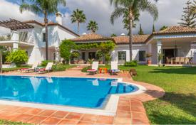 Villas and houses for rent with swimming pools in Marbella. Andalucian style south facing villa surrounded by all kind of amenities and is close to Puerto Banus and the Marbella center