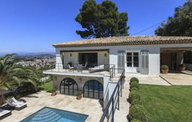 Luxury 4 bedroom houses for sale in Provence - Alpes - Cote d'Azur. Spacious villa with a pool and a landscaped park, near the city center, Cannes, France