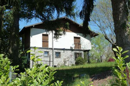 Property for sale in Gignese. On the high ground of Stresa a detached house of 220 sq. m. with a large garden is for sale