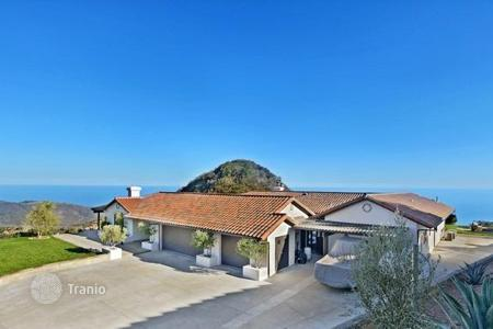 Property for sale in North America. Villa with stunning views of the ocean in Malibu