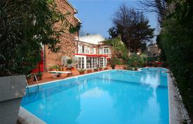 Villas and houses for rent with swimming pools in Lombardy. Villa Palatino