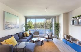 Apartments with pools by the sea for sale in Barcelona. Three-bedroom apartment with a park view in Diagonal Mar, Barcelona
