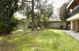 Luxury property for sale in Neuilly-sur-Seine. Neuilly-sur-Seine – A near 140 m² garden-level apartment