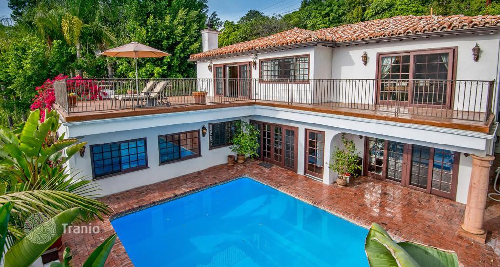 Acquistare una villa con piscina a Intragna