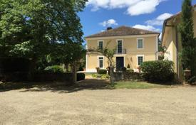 Property for sale in Aquitaine. Manor with a swimming pool, a garden and stables, in the heart of Mont-de-Marsan, France