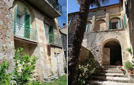 6 bedroom apartments for sale in Italy. Property for sale situated in the historic centre with a garden-In San Casciano dei Bagni