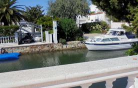 Houses with pools for sale in Empuriabrava. Villa with private yacht berth 20 m in Empuriabrava, Costa Brava, Spain