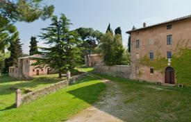 Luxury houses with pools for sale in Monticiano. An estate of extraordinary historical value and charm, surrounded by the enchanting scenery of the Siena countryside