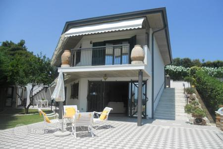 4 bedroom houses by the sea for sale in Montesilvano. Luxury villa in Montesilvano. Italy
