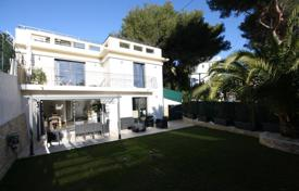 4 bedroom houses for sale in Cannes. Renovated villa with a rooftop terrace and sea views, Cannes, France