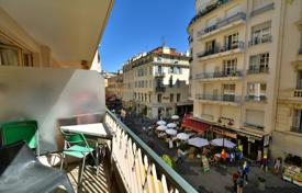 Coastal apartments for sale in Côte d'Azur (French Riviera). Carre d'Or, 3 rooms with south facing terrace at 100 meters from the beach in a sought out residence