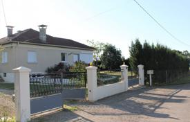 Houses for sale in Gers. Spacious villa with a beautiful garden and a garage, 15 minutes drive from the city center, Gers, France
