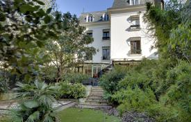 Paris 16th District – An elegant private mansion with a garden for 12,000,000 €