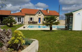 Property for sale in Hauts-de-France. Spacious villa with a pool, stables and an arena for horses, 20 minutes drive from Pau, Pas-de-Calais, France