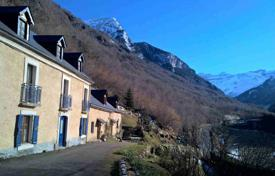 Property for sale in Luz-Saint-Sauveur. Villa with a separate apartment and a beautiful garden, 3 minutes drive from the mountain village of Gavarni, Luce-Saint-Sauveur, France