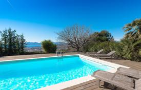 Property for sale in Le Cannet. Stylish villa with a private garden, a swimming pool, a garage and a sea view, Le Canae, France