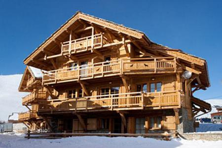 Villas and houses to rent in Huez. A comfortable chalet (Ski-in/ski-out) with 7 bedrooms, a living room with a fireplace, Jacuzzi, a sauna and a ski room, Alpe d'Huez, France