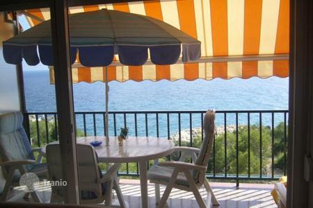 Cheap residential for sale in Salou. Apartment with fireplace in Salou, Spain. Residence with garden, swimming pool and parking, on the seafront