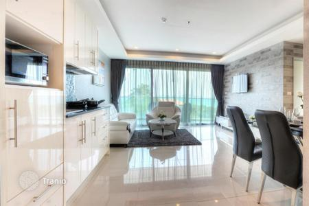New homes for rent in Thailand. Modern apartment in Pattaya, Thailand. High-rise residential complex with a view of the sea and the city, 200 m from the beach, Pratumnak