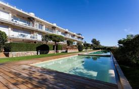 Apartments with pools for sale in Sant Feliu de Guixols. Modern apartment with a terrace and a sea view, in a residential complex with a swimming pool and a garden, Sant Feliu de Guixols, Spain