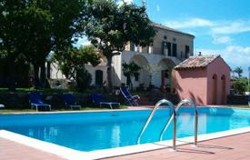 Villas and houses by the sea for rent with swimming pools in Sicily. Villa Praiola