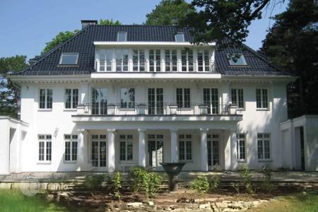 Luxury houses for sale in Germany. Restored mansion of the early 20th century with a garden in a prestigious district of Berlin — Dahlem