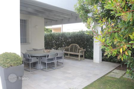 Coastal residential for sale in Veneto. Villa with garden in Lido di Jesolo