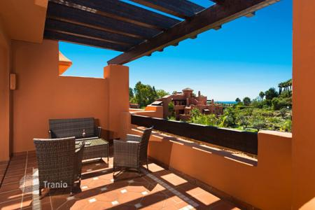 2 bedroom apartments for sale in Marbella. Penthouse for sale in La Cerquilla, Nueva Andalucia