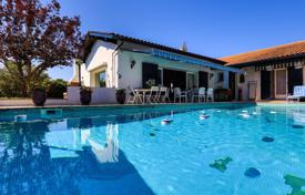 Property for sale in Ascain. Villa with a pool, a garden and a garage in Ascain, Aquitaine, France