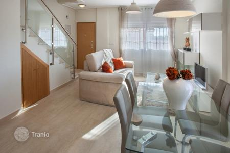 Townhouses for sale in Cabo Roig. New 3 bedroom townhouses with large living areas, in a full equipped complex walking distance to the beach in Cabo Roig
