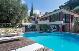 Luxury houses with pools for sale in Provence - Alpes - Cote d'Azur. Luxury villa with a pool and a spacious terrace, overlooking the sea, Villefranche-sur-Mer, France