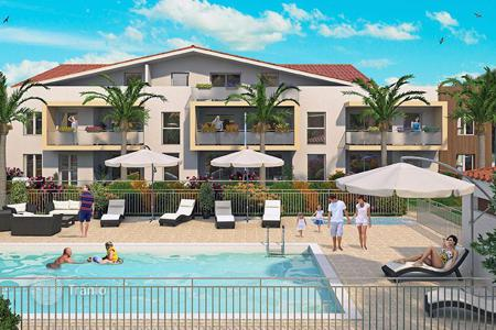 Cheap apartments with pools for sale in France. Comfortable apartment in a new residence in the center of Frejus, Côte d'Azur, France