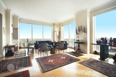 Apartments with pools for sale in North America. Apartment overlooking the East River in New York