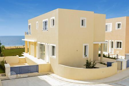 Houses with pools for sale in Paphos (city). Villa with a garden and a swimming pool by the sea, Paphos, Cyprus