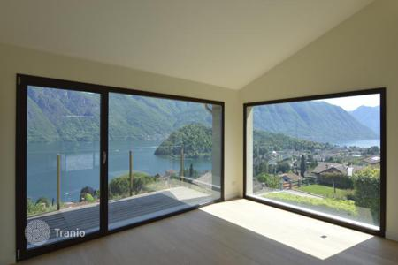 Houses for sale in Lombardy. Villa with a swimming pool, a garden and a view of Lake Como, Mezzegra, Italy