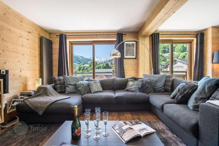 5 bedroom villas and houses to rent overseas. Renovated chalet in Meribel, France. House with a home cinema and a sauna, at 150 meters from the slopes