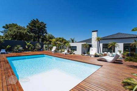 4 bedroom houses for sale in Cascais. Modern villa with pool and landscaped yard in Birr, Cascais, Portugal