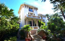 Coastal residential for sale in Côte d'Azur (French Riviera). Stylish seaview villa with a large garden, a garage and a parking in the city center, 150 meters from the sea, Nice, France