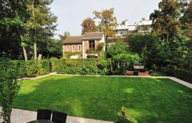 Property for sale in Ile-de-France. Boulogne North – An exceptional private mansion with a 1000 m² garden