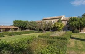 Gordes — Splendid Provencal farmhouse. Price on request