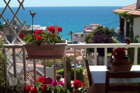 2 bedroom apartments by the sea for sale in Catalonia. Cozy apartment in a complex near the beach, in the center of Lloret de Mar, Spain