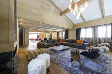 6 bedroom villas and houses to rent in Courchevel. Presentable chalet in Courchevel, France. House for 10 people with a pool, a jacuzzi, a hammam, balconies and access to the slope