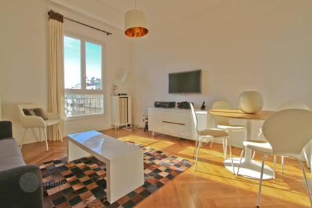 1 bedroom apartments by the sea for sale in Côte d'Azur (French Riviera). Downtown apartment with a partial sea view