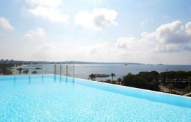 Apartments with pools by the sea for sale in France. Apartment in luxurious residence with pool