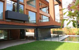 Property for sale in Madrid (city). Brick villa with a swimming pool and a lawn, Madrid, Spain